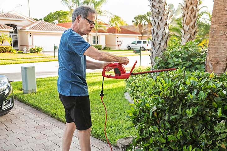 best lightweight cordless hedge trimmer
